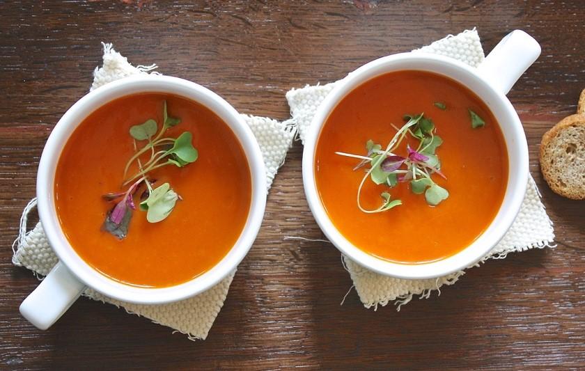 Soupe méditerranéenne aux épices et à la tomate